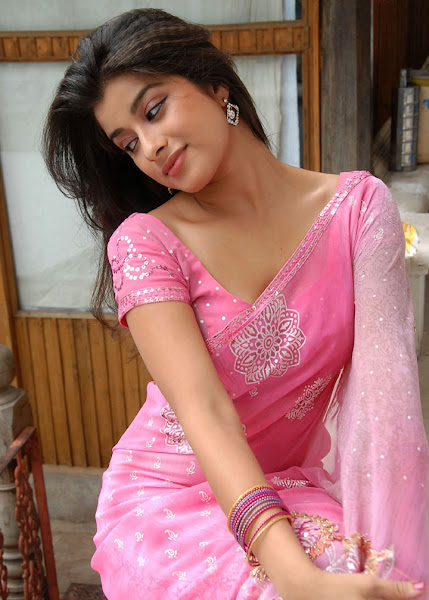 Madhurima Hot Spicy Look in Saree unseen pics