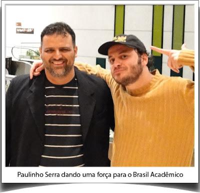 Paulinho Serra, diretor do Deznecessários, dando uma força para o Brasil Acadêmico