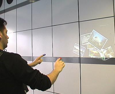 SixthSense projetando fotos na parede