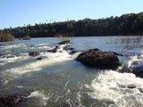 O rio atinge seus objetivos porque aprendeu a contornar seus obstáculos