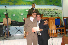 Conferencista Marcelo Melo recebendo o certificado de Adiministração Eclesiástica