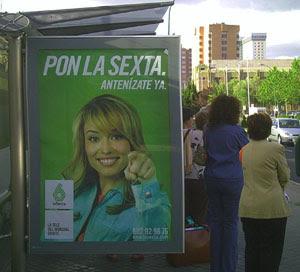Patricia Conde en la parada del autobus