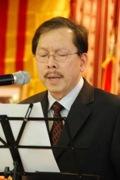 Nguyễn Khoa Hoạt chào mừng quan khách