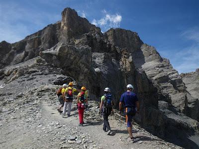 El grupo buscando un itinerario, para descender con esquis....en invierno, claro.