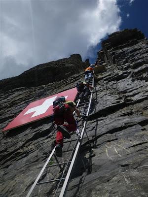 Pasamos junto a esta bandera suiza, visible desde el pueblo.
