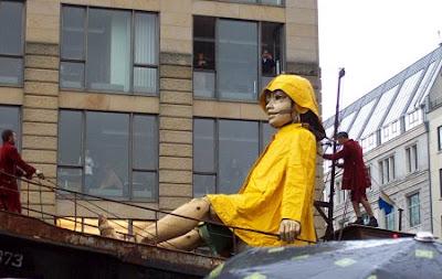 Die kleine Riesin sitzt auf dem Boot auf dem Gendarmenmarkt