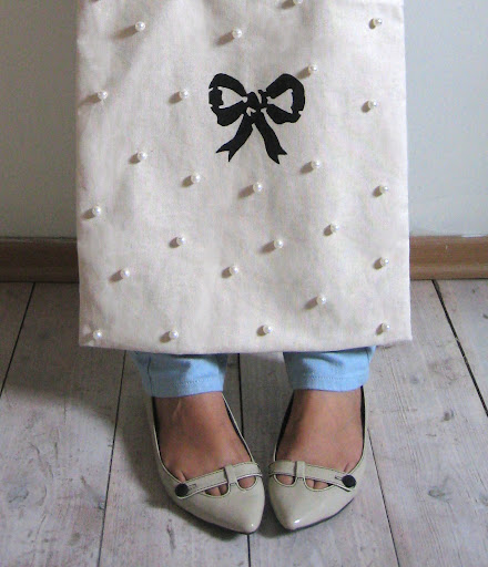 A bow and pearls bag