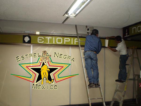 Trabajadores cambiando los letreros