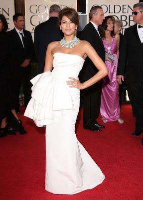 Eva Mendes luciendo espléndido vestido blanco, ideal para su tono de piel y cabello