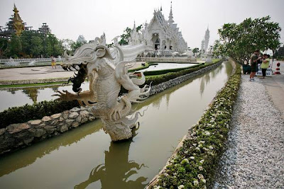 kuil seputih salju wat rong khun