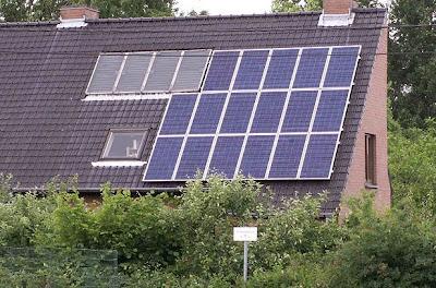 Panel surya di atap rumah