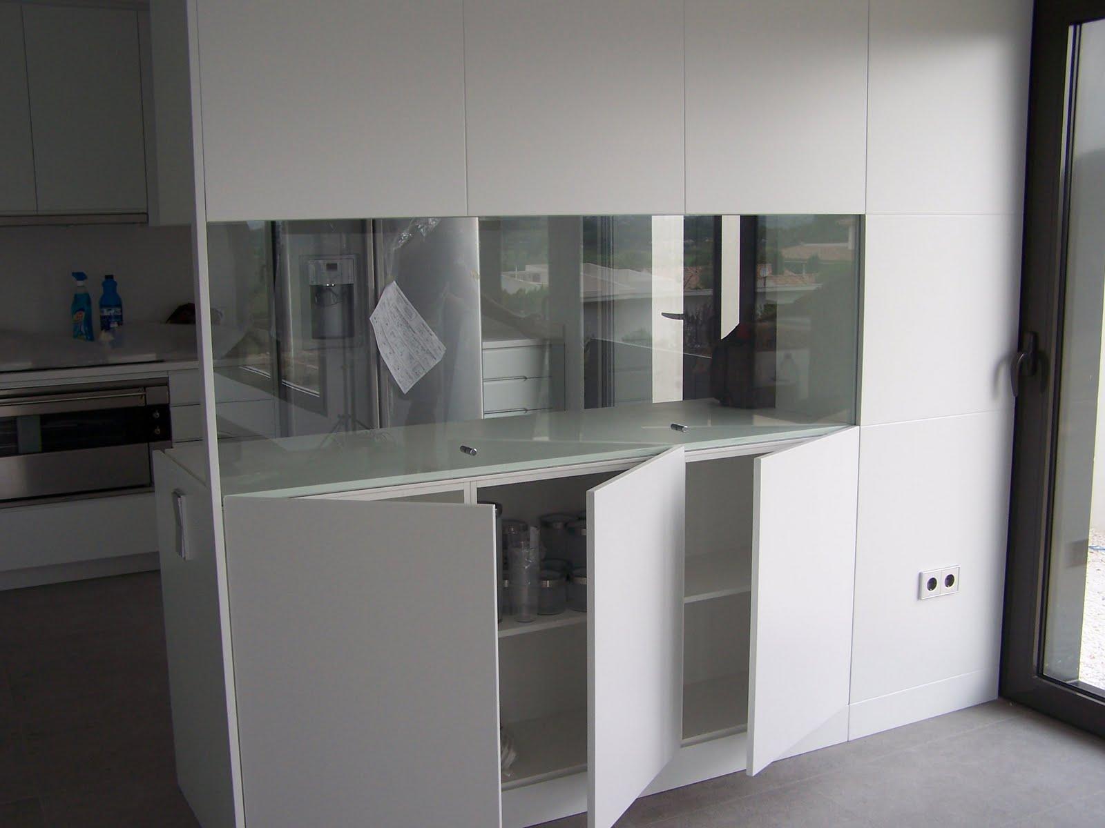 Carpinteria muebles a medida puerta guillotina en cristal for Cocina y salon unidos