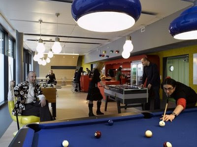 Feel bored, the pool table provided to release staffs' stress