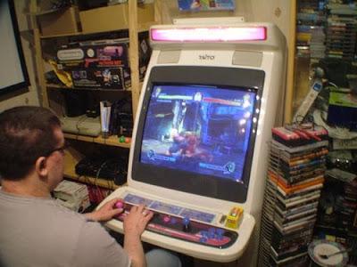 friki con maquina de juegos