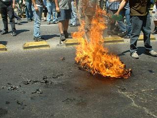 bandera ardiendo