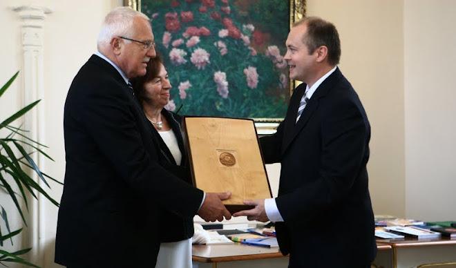 Předávání daru Asociace krajů panu prezidentovi V. Klausovi
