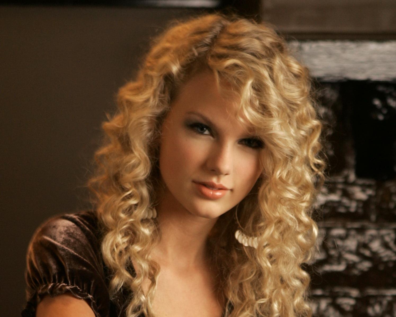 Taylor%2BSwift%2Bwears%2Bbrown%2Bvelvet%2Bdress%2B%281%29.jpg