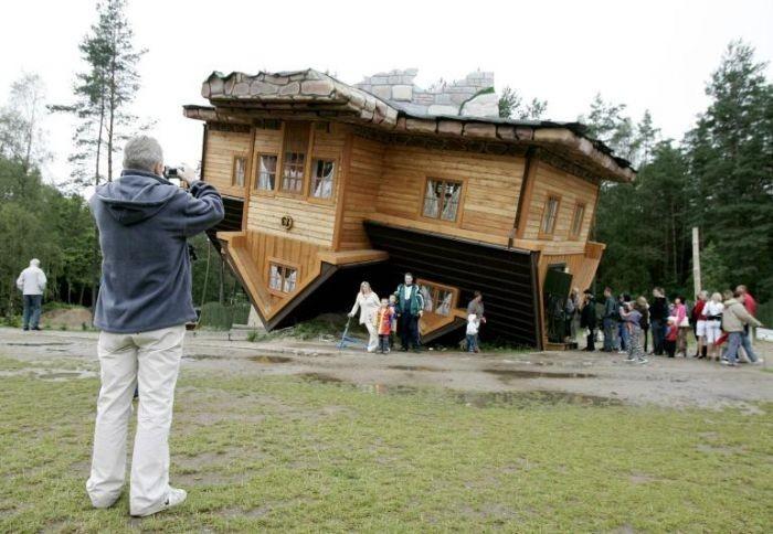 Rumah yang membuat pusing orang yang melihatnya karena terbalik ini ...