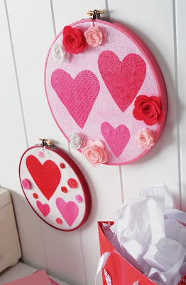 Bastidor decorado con corazones y flores de papel