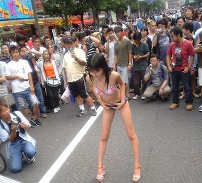 "gokil gilaaaxxx Lomba Cewek "" Kecing Berdiri "" di Jepang !!!"