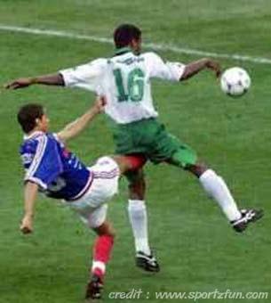 http://2.bp.blogspot.com/_d-GWpXJVO4Q/SaXRa0HzAbI/AAAAAAAAhNw/uJfsbfb40Tg/s400/Funny_Soccer_Pics_Trust_Me__3.jpg