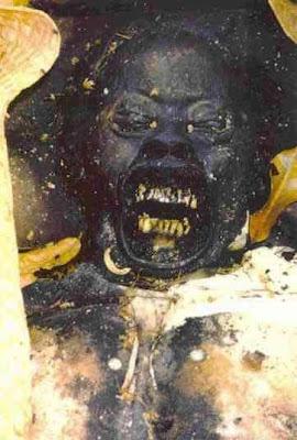 exh03 Foto Foto Penggalian Mayat Yang mengerikan
