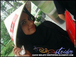 Gambar Bogel Mengorat Gadis Melayu Bertudung di Bus Stop   Melayu Boleh.Com