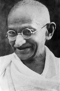 Mahatma Gandhi [[Ficheiro:Portrait Gandhi.jpg|thumb|Legenda]]