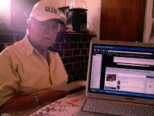 Toño Quirazco Revisando su myspace