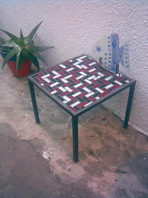 Mesa de hierro con tozetos de vidrio