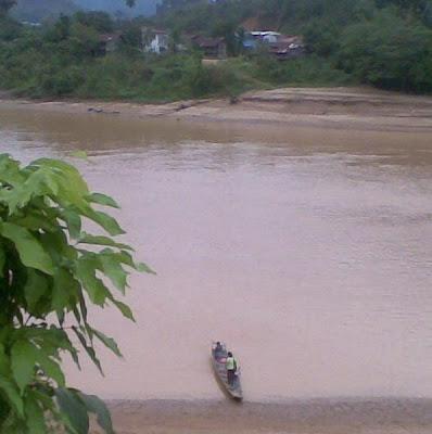 Rumah panjang pelajar kawe akan menaiki perahu menyeberangi sungai