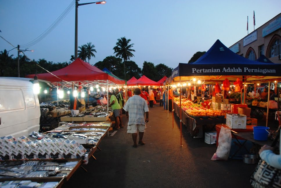 There's no shopping mall or movie theatre at Alor Gajah, night market
