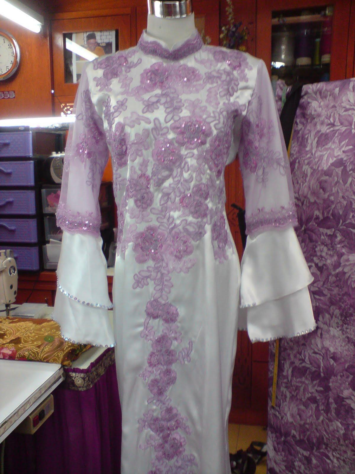 pakaian pengantin ini diperbuat dari fabrik satin dan disulam tampal