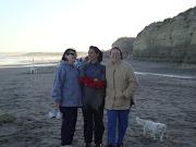 En una playa junto al mar. Si, hacía frío ¡y qué! Bajamos igual. tres chicas lindas