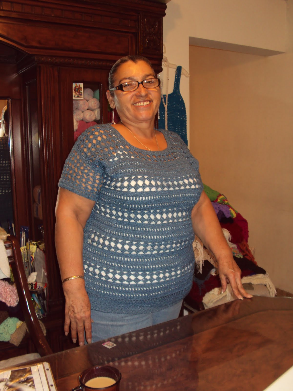 esta mi amiga Irma posando para la foto con una blusa tejida en gancho