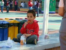 2008 Febrero 16 - Ben comiendo su lunch