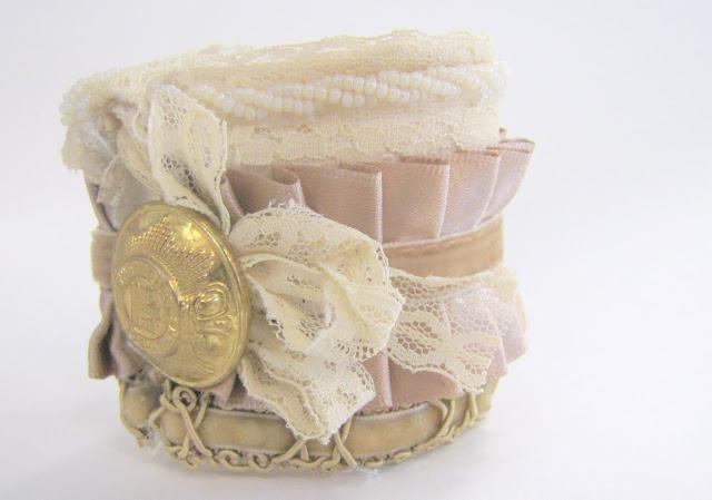 Мы будем создавать браслет из всех сподручных рукодельных материалов: обрывки лент и тесемок, кружева, бусы, бисер...