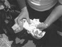 Acusan padre usar hijas en punto venta de drogas