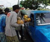 Jóvenes enfrentan crisis  con la venta de frutas