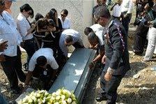 Con expresiones de dolor y un crucifijo bendecido por el Papa sepultan ex oficial