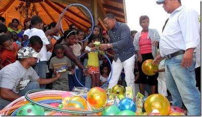 Regidor Adriano Rojas entrega juguetes