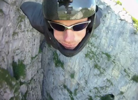 Jeb Corliss se cocha con la piedra en un salto base