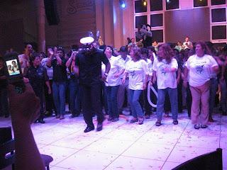 cantante guajaja animando evento de colprod