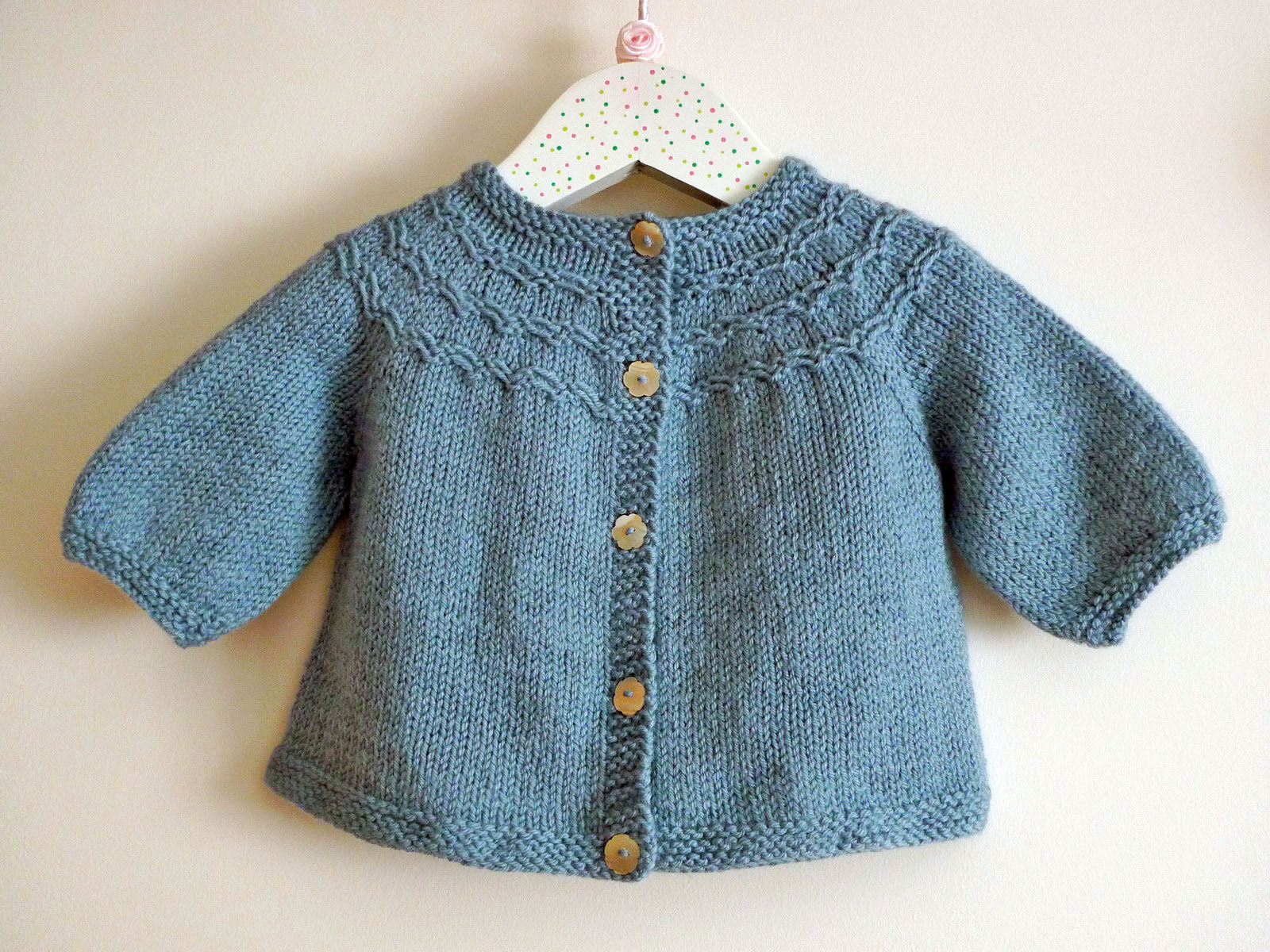 Chocolate a chuva: smocked baby cardi + cabled booties