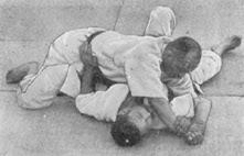 Imatge extreta del llibre Judo Kyohan que mostra un Ude Garami
