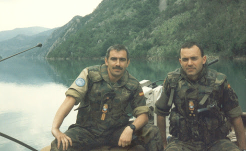 Capitán Gómez y Brigada Lozano embarcados en el rio Neretva de Mostar
