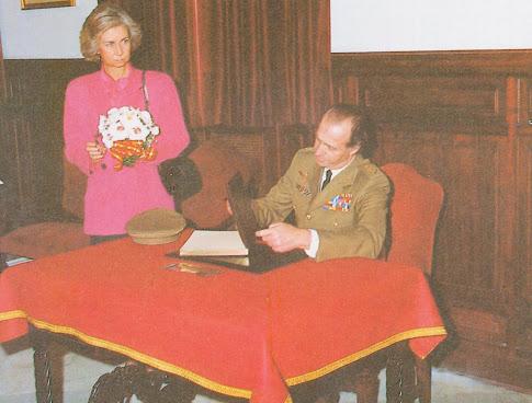 Los Reyes firmando en el Libro de Honor del Regimiento