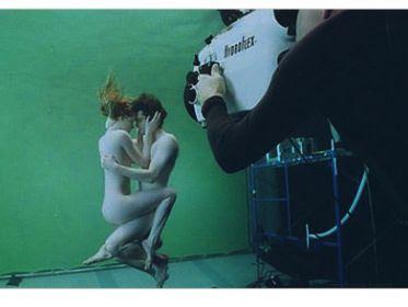 Edward%2BCullen%2By%2BBella%2BSwan%2Bdesnudos%2Bbajo%2Bel%2Bagua - Foto de Amanecer, Edward y Bella desnudos.