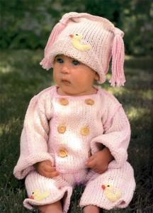 Классический вязаный костюм для малыша с уточками.