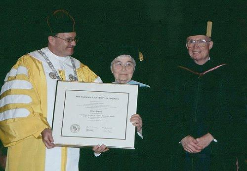 Chiara Lubich recebendo laurea honoris causa em Pedagogia